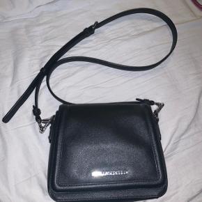 Jeg sælger denne super fine lille Karl Lagerfeld taske! Den er stort set ikke brugt og har ingen tegn på slid Sælges til 900kr uden fragt