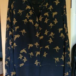 Skjorte fra Zalando med pelikaner på. Fin kvalitet og med bindebånd som man kan binde foran eller bagpå.