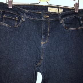 Mørkeblå jeans med vide ben. De er mide-rise.  God stretch.  Str. 30.  Pris: 180,- kr.  Pris er eks. Fragt som køber betaler!!