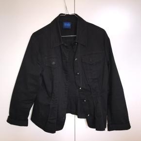 Kenzo jakke i lidt tyndt denimstof, kan derfor også bruges som en skjorte  Kvittering haves ikke da jeg selv har købt den brugt hos ASOS marketplace   Virkelig god stand selvom den er brugt, ingen skader, pletter eller lignende
