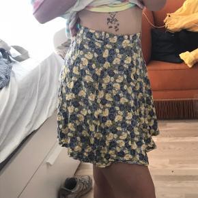Blomstret nederdel fra envii, den er blevet syet lidt ind i livet, den passer en small