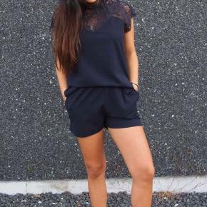 Jumpsuit i sort som også er fin med nylonstrømper under ☺️