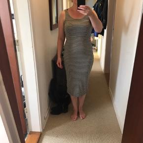 Skøn kjole fra H&M i grå med sorte striber Flot stand - næsten som ny