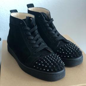 NEDSAT til 4400 kr.  Str. 42,5 High tops med spikes i sort suede læder.  Skoene fremstår i virkelig god stand, ca 9/10  Der medfølger ekstra spikes, alt OG inkl. dustbags, kasse, osv.   Både Kolding / Århus ved interesse