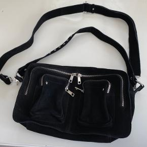 Helt ny og super lækker taske i ruskind med ekstra skulderrem. Modellen hedder Alimakka New suede og kan stadig købes på Nunoos hjemmeside  Fast pris
