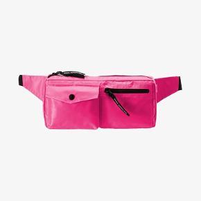 Helt ny bumbag, cossbody i pink  nylon fra Nørgaard på strøget.   Har flere udvendige og indvendige rum  SÆlger meget andet