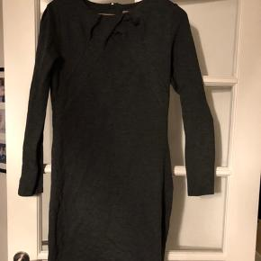 Fin knælang kjole fra Mint&berry. Tætsiddende men med stretch i stoffet.  Sender ikke