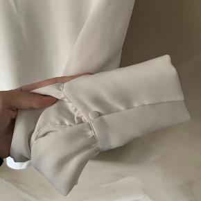 Skjorte bluse i hvid med bredde ærmer og V-udskæring