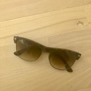 Solbrille etuiet er lidt slidt, men sol brillerne er næsten som nye.
