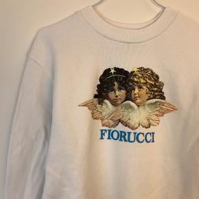 OBS! Privatbeskeder og kommentarer besvares ikke. Prisen er fast.  Flot sweatshirt fra Fiorucci i hvid med print. Den er en str. S og fremstår flot.