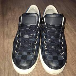 45a8a042b36 Varetype: Sneakers Farve: Armyblå Oprindelig købspris: 5600 kr. Prisen  angivet er inklusiv