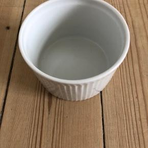 Skål fra Pillivuyt Højde 6,5 cm Ø 10 cm  Brugt få gange   Fra hjem uden røg eller kæledyr.  Sender gerne, køber betaler porto. Kan også afhentes på Frederiksberg