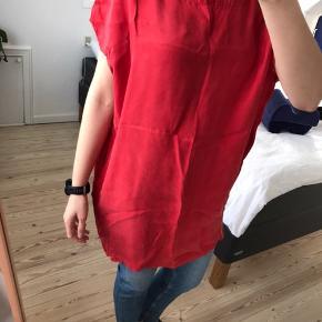 Samsøe & Samsøe Kjole, Næsten som ny. Risvang - Flot rød oversize kjole fra Samsøe & Samsøe. Jeg er 175 cm høj bruger normalt str M, men kan sagtens passe kjolen. Kjolen har skjulte lommer i siden. Materialet er tung og kjolen falder derfor flot. Køber betaler porto. Samsøe & Samsøe Kjole, Risvang. Næs