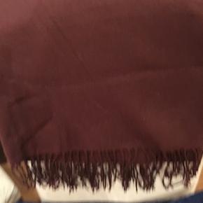 Helt ny halstørklæde i lækker Bordeaux farve og meget blød kvalitet - 180/71 cm.