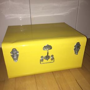 Rigtig fin opbevaringskasse / opbevaringskuffert.  Den er lavet i metal, og farven er klar gul.  Se må på billeder.