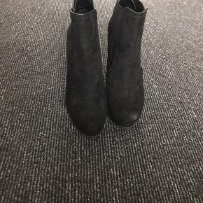 Fine støvletter, de er så god som nye, kun brugt en gang. Gav 600 kr for dem som nye.