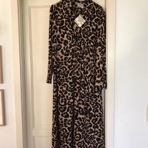 Super fed leopardkjole.  Helt ny, med prismærke på.  Nypris 1599,-
