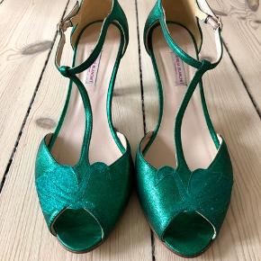 Flotteste grønne sandaler med t-rem i metallisk ruskind. Brugt én gang indendørs.  Købt hos Patricia Blanchet i Paris.  Hælhøjde ca. 7 cm.  Æske medfølger.  Bytter ikke, men bud er velkomne.