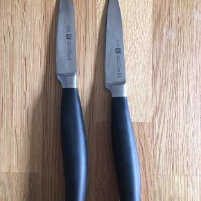 Jeg sælger disse to små knive fra Zwilling fra serien Five Stars. Købt over nettet.  Mål og nypris:  2x lille kniv: 10 cm  Nypris: 549kr pr. stk  100kr pr. stk  • Kan hentes i Aarhus C • Kan sendes med DAO • Betaling via MobilePay eller kontant