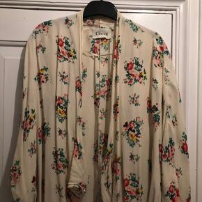 Kimono lys : 500kr Kimono mørk: 500kr Fin stand  Bytter ikke