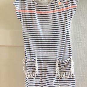 Meget lækker stribet kjole med flotte detaljer fra Billieblush.