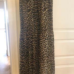 Ganni maxi Nederdel model: F3763. Med lynlås i siden Let og bølgende materiale uden stretch  Prismærke sidder forsat på nederdelen.