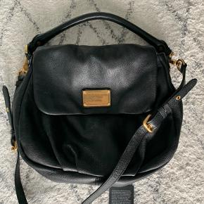 Sælger min skønne taske som jeg bare ikke får brugt... den står som ny og har ingen slid. Måler 35cm x 25cm uden hank altså selve rummet perfekt str. efter min mening🤗
