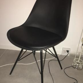 4 stole, prisen er for alle 4. De har ingen tegn på slitage og har kun været brugt i en kort periode. De kan afhentes i Brøndbyøster landsby