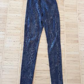 Sorte metallic Lenny B. leggings med leopard/slangeskinds mønstre. Str. T0 svarer til str. XS/S.