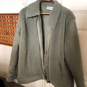 Smart fake fur jakke i støvet grøn. Perfekt til efteråret. Har været på en gang
