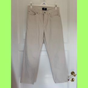 🌼🌼🌼 Sælger disse fede og sommerlige jeans fra Wood Wood som jeg ikke har fået brugt nok. De er lysere i virkeligheden og mere hvide end grå, som det ser ud på billederne.  Str. 27  Nypris var 1000kr og de er ikke brugt meget mere end et par gange.  Kom med et bud!  🌼🌼🌼