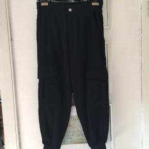 Zara bukser med lommer og elastik ved fod. Str M. Brugt få gange. Er i butikkerne nu. Pris 100,- pp Bytter ikke.