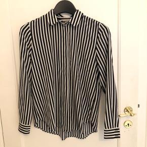 Fin polyester skjorte. Brugt to gange og er som ny.  Sælger kun da jeg ikke kan passe den mere.