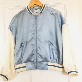 Sælger min fine bomber jacket fra Pieces. Brugt 1 gang og er som ny.  Str XS/34 100% polyester.  Nypris 450,- BYTTER IKKE!!