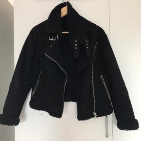 Fin Zara jakke i noget der minder om skind. Kom med et bud