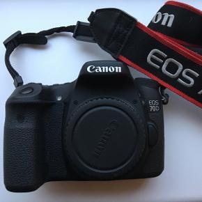 Sælger mit spejlrefleks, da jeg ikke længere har interessen. Den er købt som helt ny fra 2014.  Medfølgende er disse objektiver:  - Tamron AF 18-200mm F/3.5-6.3 XR Di II LD Aspherical IF MACRO for Canon  - Canon lens EF 50mm 1:1.8 ll  Blitz: Nissin i40 for Canon  Beskyttelsesfilter til på begge objektiver.   Stor og rummelig kamerataske.   Batteri + oplader   8 GB SD-kort   Kvittering haves.  Skriv endelig, hvis du har spørgmål omkring standen eller andet.