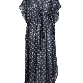 Bytter ikke! Mp. kr. 1.050,- Plus pakkeporto kr. 45,- uden omdeling, forsikret, med DAO. Købspris kr. 2.500,-  Fantastisk kjole fra Munthe. Lang kjole i et smukt mønster med bindebånd under brystet og en behagelig løs pasform. Normal i størrelsen. Munthe størrelsesguide for en str. 38: Bryst mål 90 cm Talje mål 72 cm Hofte mål 99 cm Længde for yderkjolen 132 cm Længde for underkjolen 100 cm, der er ind stilligelige stropper.  Kjolens mål: For og bag stykket målt ved bryst linjen, fra sidesøm til sidesøm, ca. 106 cm. For og bag stykket målt ved hofte linjen, fra sidesøm til sidesøm 106 cm.  Underkjolens mål: For og bag stykket målt ved bryst linjen, 92 cm. For og bag stykket målt ved hofte linjen, 100 cm Omfang rundt forneden 124 cm.  Kjolen er designet til at den skal side løs. Stof: Yderkjole 40% Silke, 46% Viskose, 14% Lurex  Underkjole 95% Polyester, 5% Elasthane  Kjolen er købt privat, men jeg kan desværre ikke passe den.   Kjolen er ny. Kommer fra et ikke ryger hjem.