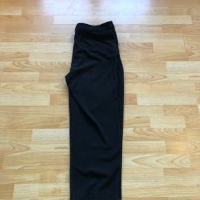 Sorte bukser fra monki med vide i benet, der går lige ned