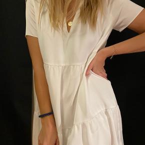 Så flot en kjole, jeg har desværre aldrig fået den brugt, derfor sælges den nu videre 🤍