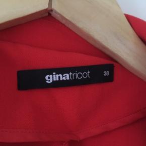 Rød blazer fra Gina Tricot. Brugt en enkelt gang, men i super flot stand.