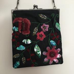 Lille rigtig fin fest taske fra Saint Sulpice Paris. Sort stoftaske broderet med perler og pallietter.  👜 Højde 15cm Bredde 13,5 cm. Plads til mobil, nøgler og en pung. ☺️ Nypris 500kr.