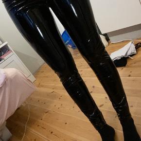 Super fede skinnede bukser, kender ikke noget til hvad de er lavet af. Men de er super fede, sælger kun fordi jeg ikke passer dem!