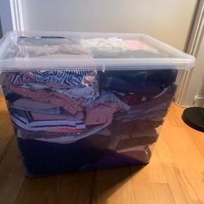 I den gode ende af godt men brugt. Super lækker pakke med 84 dele pigetøj str 122/128. Sælges for 1000kr, der er under 15 pr. Del, skriv for billeder 😊  pakken indeholder: 1 vinterjakker  1 overgangsjakke 1 morgenkåbe 12 lange bukser 8 strømpebukser 4 leggings 4 nederdele 7 shorts 6 stk badetøj (badedragt, bikini, uv badetøj) 7 kjoler 6 tykke langærmede bluser 7 langærmede bluser 10 t-shirts 5 cardigans 3 sæt nattøj 2 undertrøjer