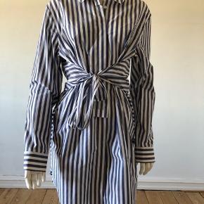 Flot shift kjole fra T by Alexander Wang. Brugt enkelte gange, fejler absolut intet.  Byttes ikke.