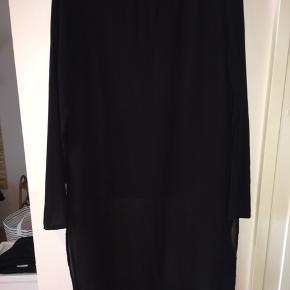 Fin bluse-kjole. Kan bruges som både kjole og som bluse udover bukser eller leggings. Gennemsigtige ærmer.  Sendes med dao eller afhentes i Århus C 🌸