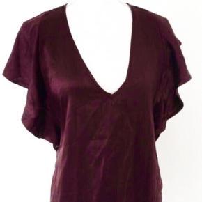 Smuk silke bluse fra Gestuz, str. 40, mørk Bordeaux farve, 100 % silke, pæn stand Ikke-ryger hjem.