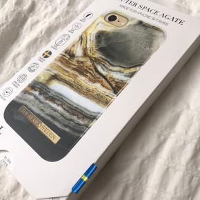 """Idealofsweden/ Ideal of Sweden  📍Kan afhentes i Aarhus 📍Kan afhentes i Storkøbenhavn  📬Kan sendes til din adresse - fragt er på din regning 📱Passer til iPhone 8/7/6/6S  Helt nyt og uåbnet iPhone cover i emballage. Modellen hedder """"Outer Space Agate"""" fra mærket Ideal of Sweden.   Nypris er 275kr inkl. fragt. Spar 95kr og køb lige nu for 180kr og få et lækkert nyt cover."""