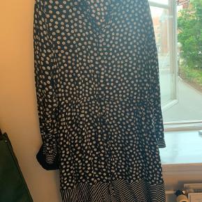 Kjolen er Junarose str 46.  Den er brugt en gang.  Sælges pga flytning.