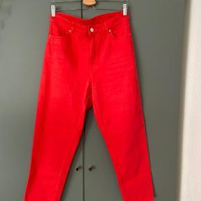 Flotte røde jeans fra Monki i modellen taiki sælges! Er en str W30! Fremstår helt nye og har nærmest ikke været brugt!