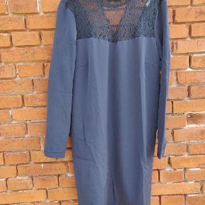 Flot kjole fra Vila str L med blonder. 🌼 Ikke brugt meget.  Farven er som på første billede.  Befinder sig på Langeland, men kan efter aftale transporteres til enten Svendborg eller København.